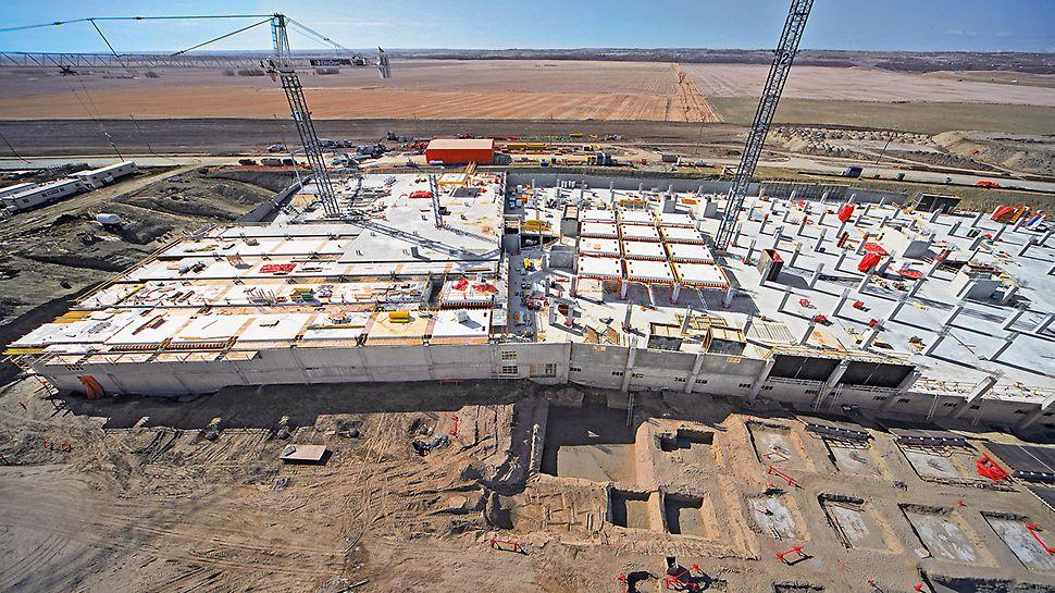 South Health Campus, Calgary, Kanada - Bis zu 30 cm starke Geschossdecken lagern auf 762 quadratischen Stahlbetonsäulen. Mit 57 Deckentischen lassen sich jede Woche 2.800 m² Deckenfläche herstellen.