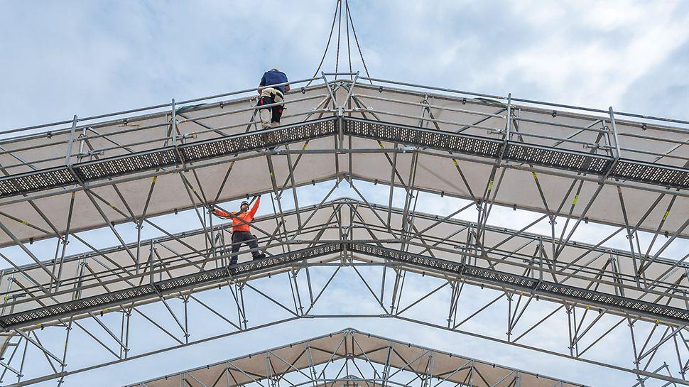 Los segmentos de la cubierta se premontan en el piso, luego se ubican las unidades completas con la grúa en la posición final.