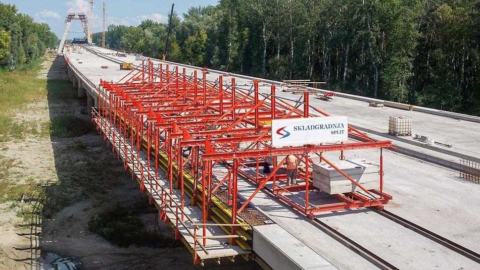 德拉瓦高速公路桥 - VARIOKIT 边梁模板车用于浇筑该桥面的外边梁,水平方向荷载由摩擦力完全抵消,不需要锚固