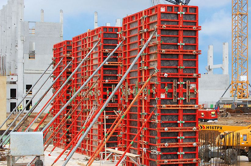 Sekcje ścian o grubości do 2 m oraz słupy można było budować oszczędnie za pomocą deskowania panelowego TRIO.