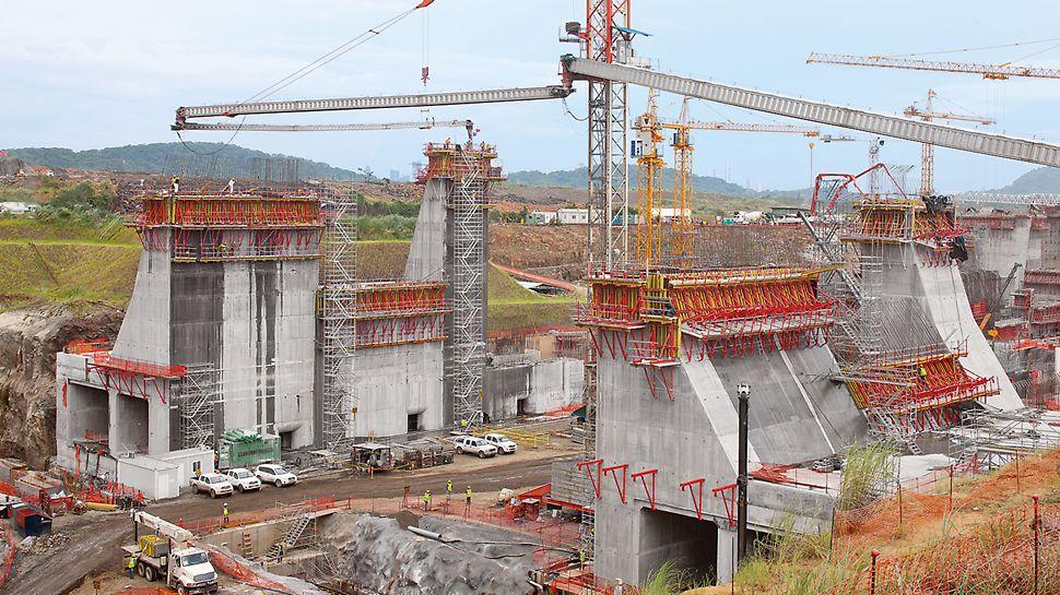 Η χρήση μεγάλων μονάδων αναρρίχησης διευκολύνει την οικονομικώς αποδοτική κατασκευή  των τεράστιων τμημάτων του φράγματος για την επέκταση της Διώρυγας του Παναμά.