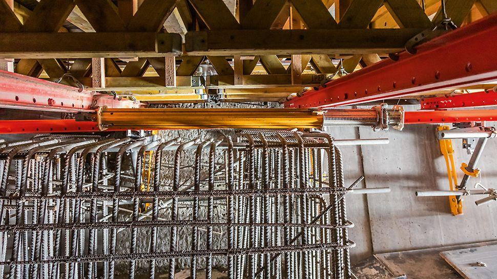 Horizontales Einklappen der Stützen um 90° durch neuartigen Kreuzschwenkkopf. Stützen tragen beim Überfahren von Umlenkstellen und Querschotts nicht auf und müssen daher nicht demontiert und von Hand transportiert werden.