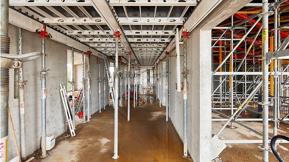 Er werd gekozen voor SKYDECK voor het storten van de vloerplaten in combinatie met MULTIPROP schoren met valkopsysteem voor het snel omzetten van de vloerbekistingspanelen.