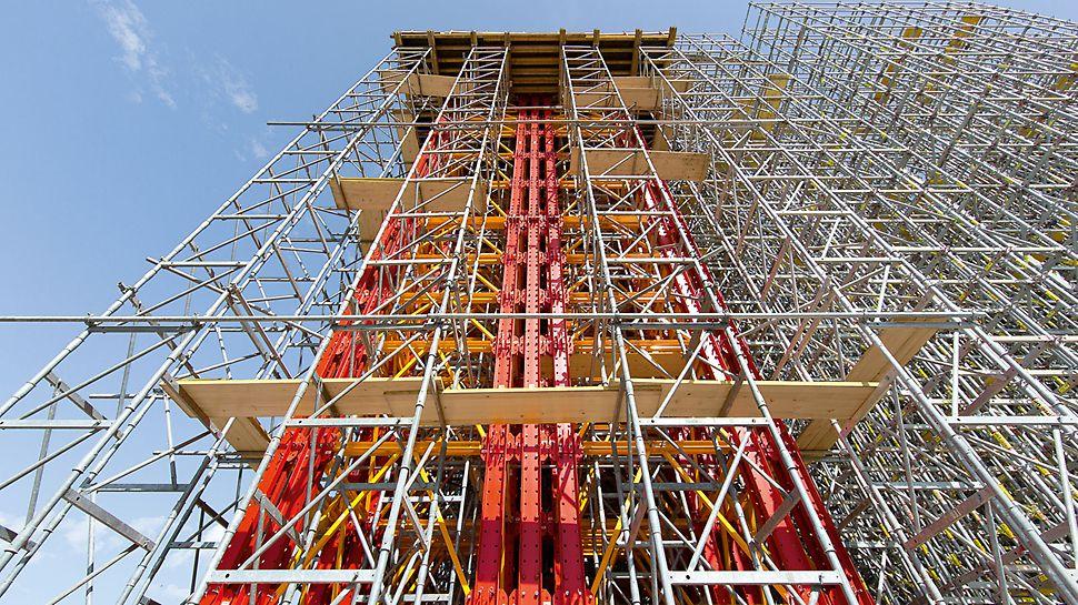Puente de la autopista T4, Paradisia-Tsakona, Grecia: Para transferir las cargas extremadamente altas en el área de conexión del arco de acero, las Torres para Cargas Elevada de VARIOKIT se agruparon para formar dos grupos de torres de 42 patas.
