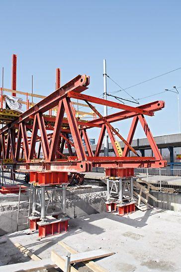 Rekonstrukce a zvedání mostů, Ostrava - Svinov: Na KMT se zavěsily koncové podpěry ST-A4 a s využitím hydraulického navijáku byla celá konstrukce pojezdem po mostě přesunuta do následující pracovní pozice nad další mostní pole.