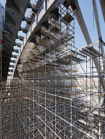 Edificio Ágora, Valencia, Spanien - Während der Bauphase wird der Innenraum der zukünftigen Multifunktionshalle nahezu komplett von PERI UP Rosett Gerüsten ausgefüllt.