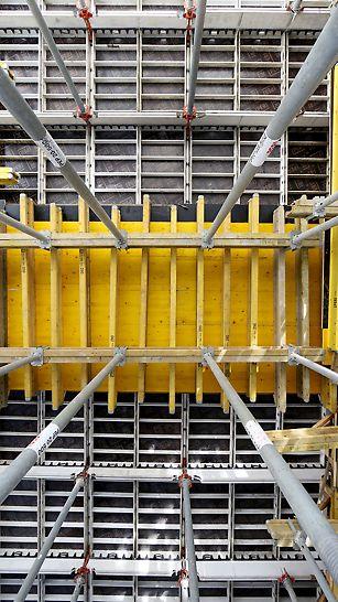 Podciągi oraz stropy zostały zadeskowane przy użyciu systemu MULTIFLEX. Jako poszycie wykorzystano płytę trójwarstwową PERI.