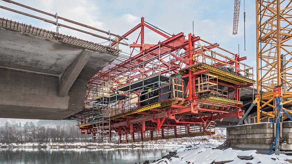 Most Harpe Bru: Jednoduchá kombinovatelnost systémových dílů stavebnice pro inženýrské stavby VARIOKIT s lešením PERI UP umožnila zhotovení bezpečných pracovišť a přístupů do všech pracovních úrovní.