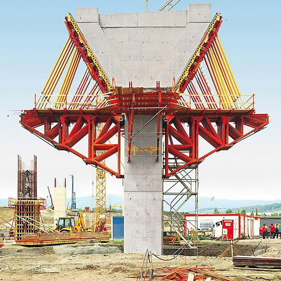Mostní estakáda Trmice: Pro výrobu hlav pilířů sestavili technici PERI efektivní řešení bednění se zavěšenými a do horizontální polohy otočenými opěrnými rámy a nosníkovým stěnovým bedněním VARIO GT 24.