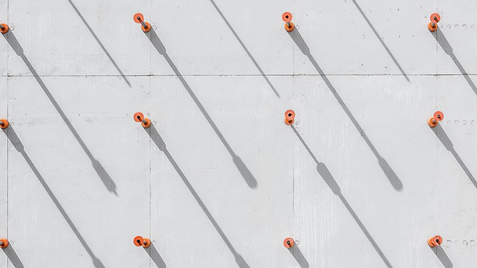 A DK átkötések szabályos mintát képeznek a beton felületén. (Fotó: seanpollock.com)