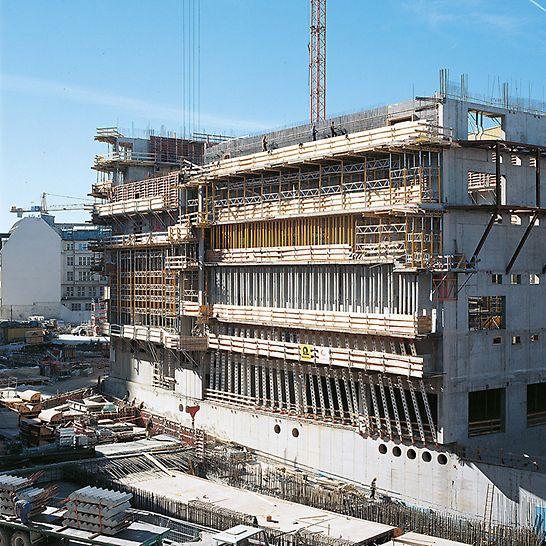 Potsdamer Platz, Berlin, Deutschland - PERI liefert Schalungs- und Gerüstsysteme für jede Anwendung. Hier im unteren Bereich HD 200 Schwerlaststützen, im oberen Bereich MULTIPROP Deckenstützen mit MRK Rahmen.