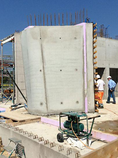 Beide Wandschalen sind betoniert, die integrierte Wärmedämmung ist zu sehen.