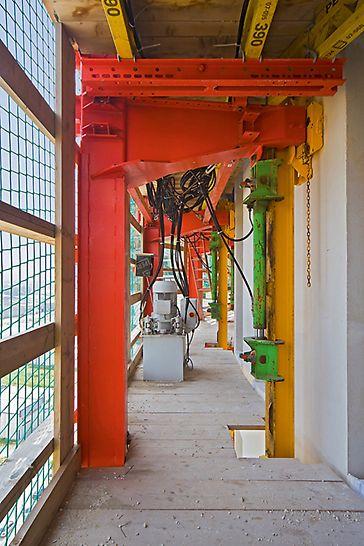 Las Torres de Hércules, Los Barrios, España - La maniobra de trepa se realizaba independientemente de las condiciones climáticas sin necesidad de la grúa, por medio de las contrastadas unidades de trepa ACS-100.