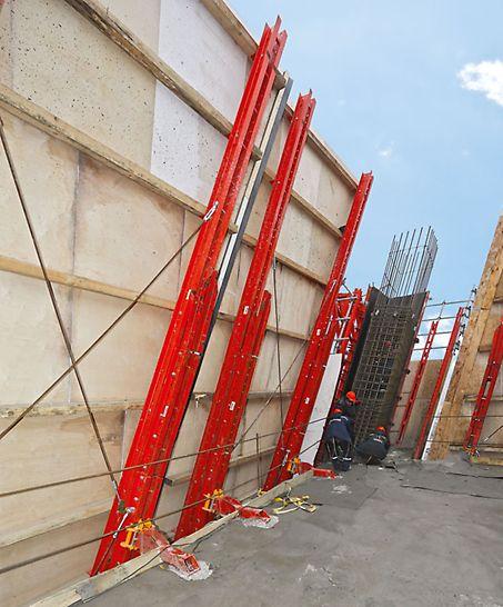 Evolution Tower: Kolejnice šplhavé ochranné stěny RCS umístěné šikmo jsou stropními botkami stále pevně spojeny se stavební konstrukcí.