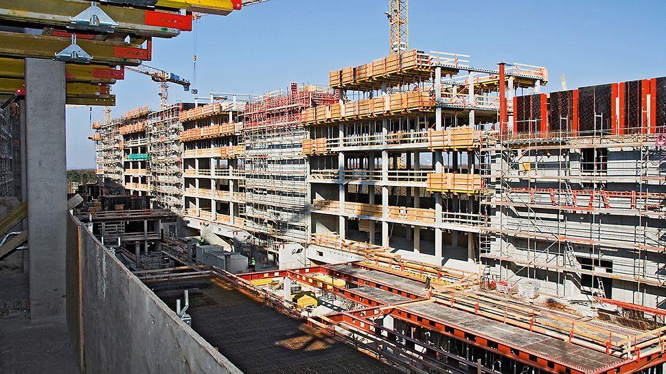 The Squaire, Frankfurt am Main, Deutschland - Für die Randbereiche konzipierte PERI spezielle Deckentische mit integrierter Absturzsicherung. So konnten selbst große Flächen schnell geschalt werden.