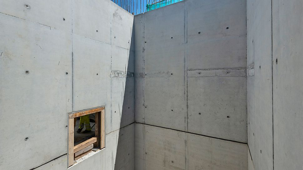 """Betony eksponowane klatek schodowych. Poziome linie to ukryte """"zbrojenie odginane"""", będące obecnie dostępne w palecie akcesoriów dla budownictwa sprzedawanych przez PERI."""