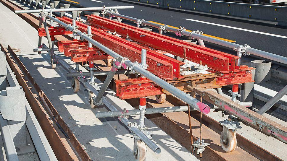 Der VARIOKIT Laufwagen zur Abhängung des PERI UP Hängegerüstes mittels DW 15 Ankerstäben lässt sich innerhalb der bestehenden Leitplanken verfahren.