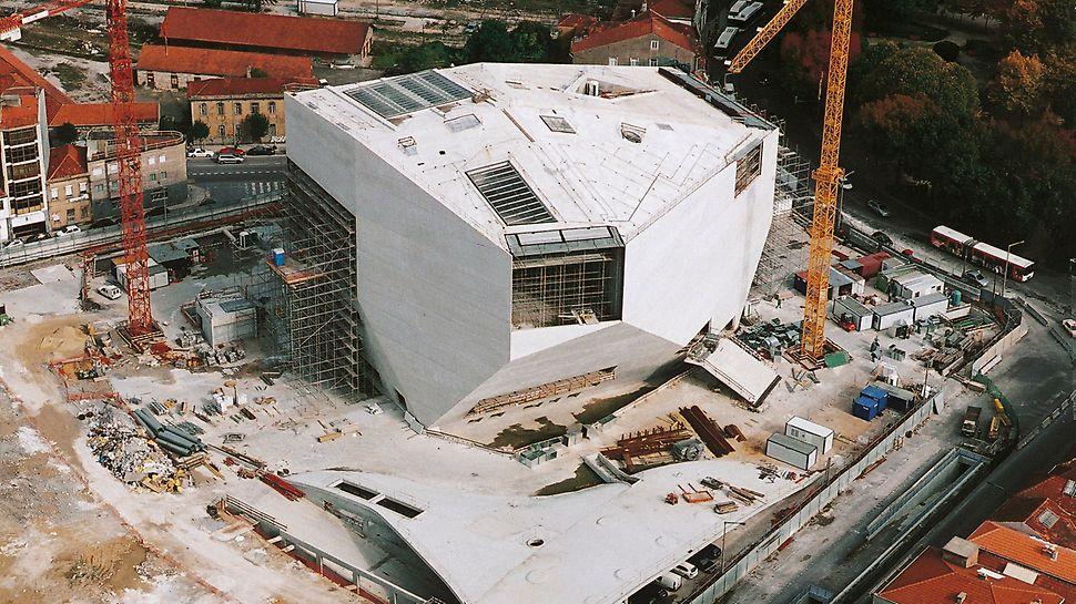 """Casa da Música, Porto, Portugal: Projekt po dokončení hrubé stavby představený u příležitosti akce """"Porto 2001 – Evropské kulturní hlavní město""""."""