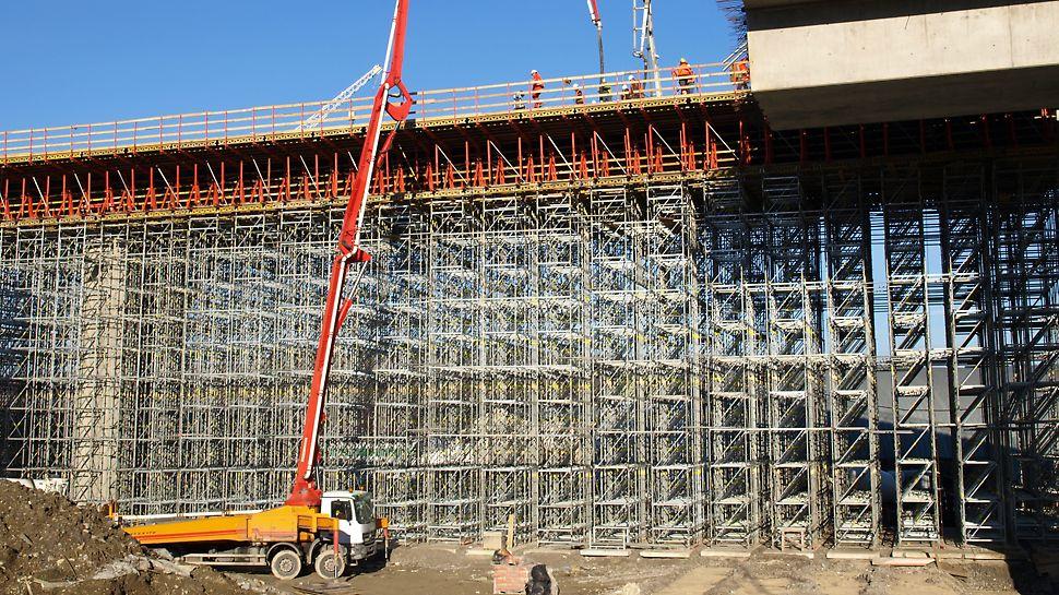 Estakáda 201-10, Dolný Hričov - Výška konštrukcie dosahuje až 16,20 m, kedy je už nevyhnutné použiť externé zabezpečenie diagonálnymi tiahlami DW 15 najmä pre zabezpečenie stability proti preklopeniu konštrukcie vetrom v save bez priťaženia betónom.