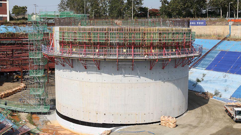 서남권 물 정수장 프로젝트 로서 10만명 이상이 필요한 물을 정수하는 정수시설이다 페리 바리오 월폼을 사용하여 시공중인 현장