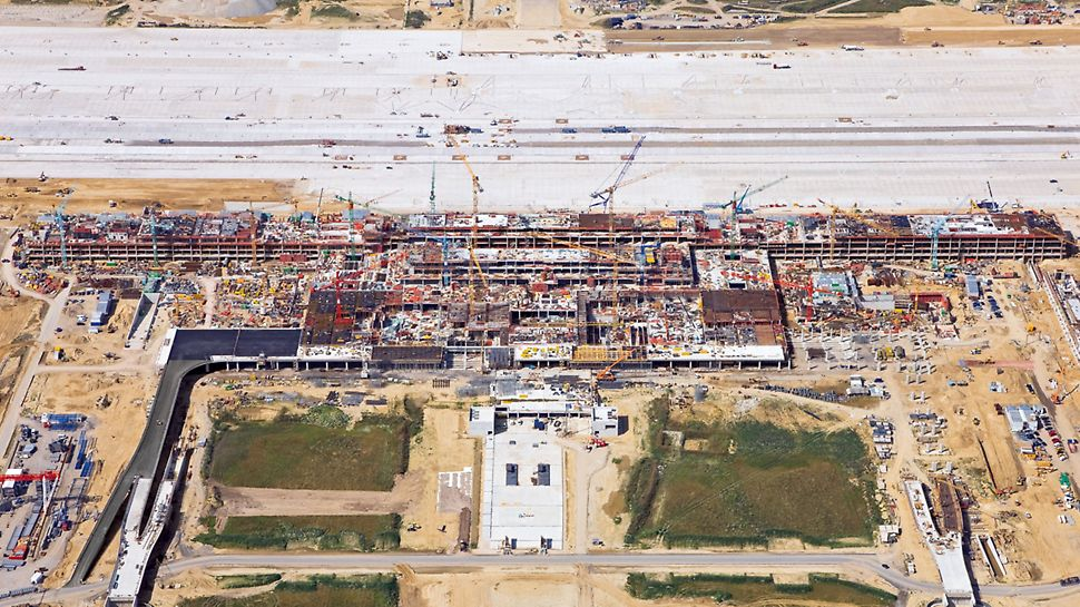 Flughafen Berlin Brandenburg, Deutschland - Erst aus der Höhe wird das Ausmaß der Baustelle deutlich: das Areal umfasst eine Fläche von insgesamt rund 2.000 Fußballfeldern.