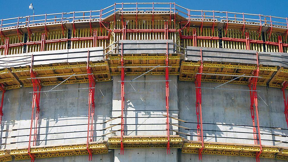 LNG rezervoari za tečni gas, Kameron, SAD - PERI rešenje oplate uzelo je u obzir nagib spoljašnjih zidova u njihovoj donjoj trećini, kao i promene u debljini zida u delu potpornih profila.