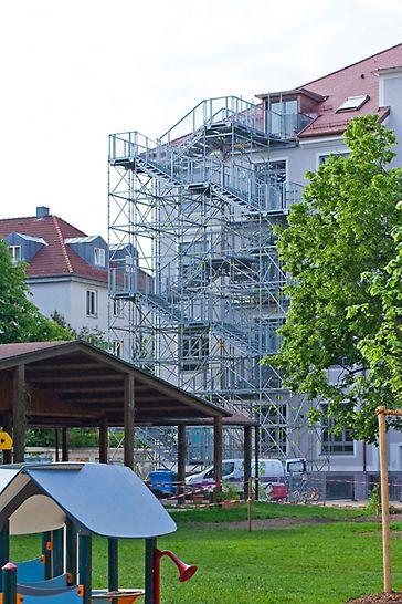 PERI Gerüsttreppen als temporäre Fluchttreppen: PERI UP Rosett Public Treppenturm als zusätzlicher Fluchtweg an einem Wohnhaus mit Kindergarten in München.