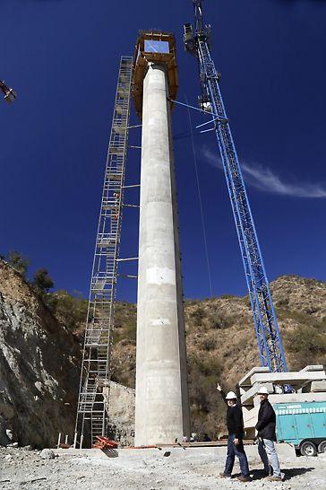 Pilas de hasta 65 metros de altura. Se logró Hormigón a la vista mediante trepado de pilas con Consolas CB160 y encofrado de pilas usando VARIO GT24