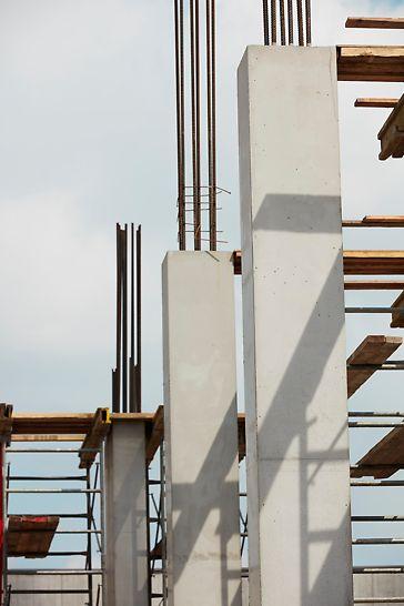 PERI QUATTRO produit des colonnes avec des coins à 90°. En montant deux coffrages QUATTRO de chacun 3,5 mètres de haut, il a été possible de remplir des colonnes de 7 mètres de haut en une seule fois.