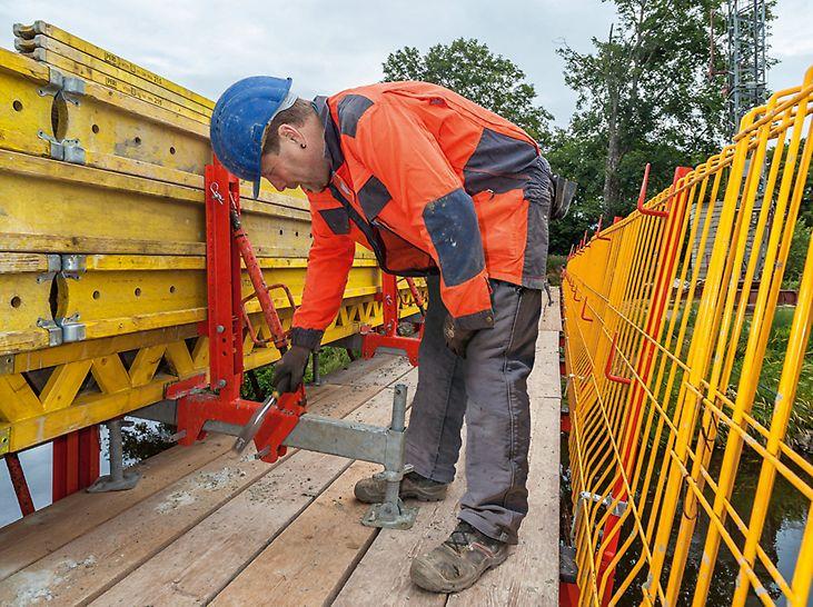 Mitarbeiter der Krause & Co. Hoch-, Tief- und Anlagenbau GmbH aus Neukirchen beim Montieren der Schalung.