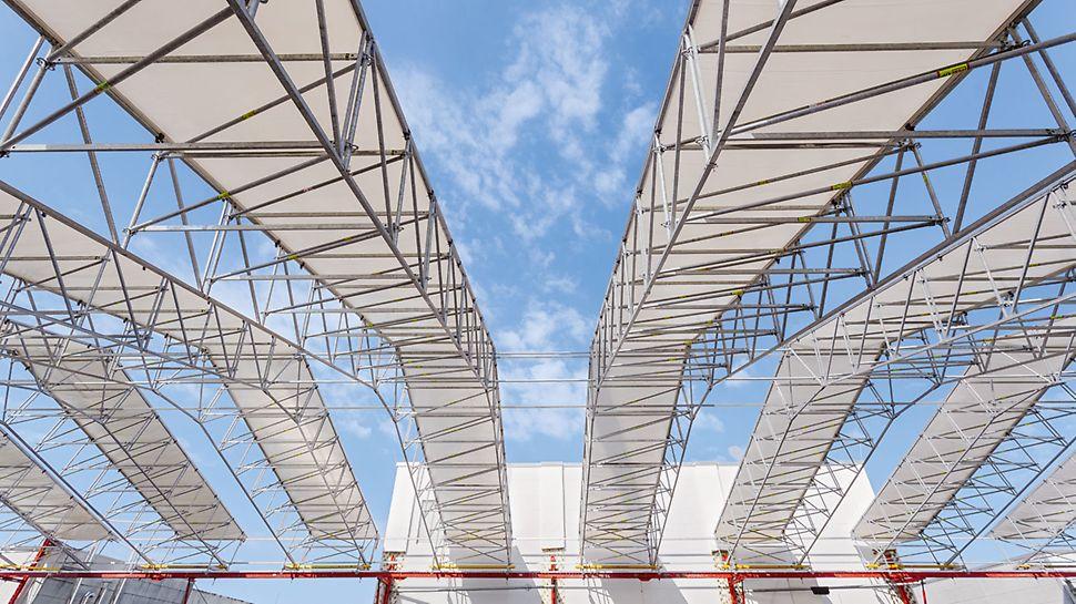 Zastřešení výrobní haly Gerolzhofen: Zastřešení LGS ze systému lešení PERI UP umožnilo sanační práce nezávislé na povětrnostních podmínkách. Ochranná konstrukce dlouhá celkem 90 m byla vytvořena z 3 m širokých a 30 m dlouhých sestav.