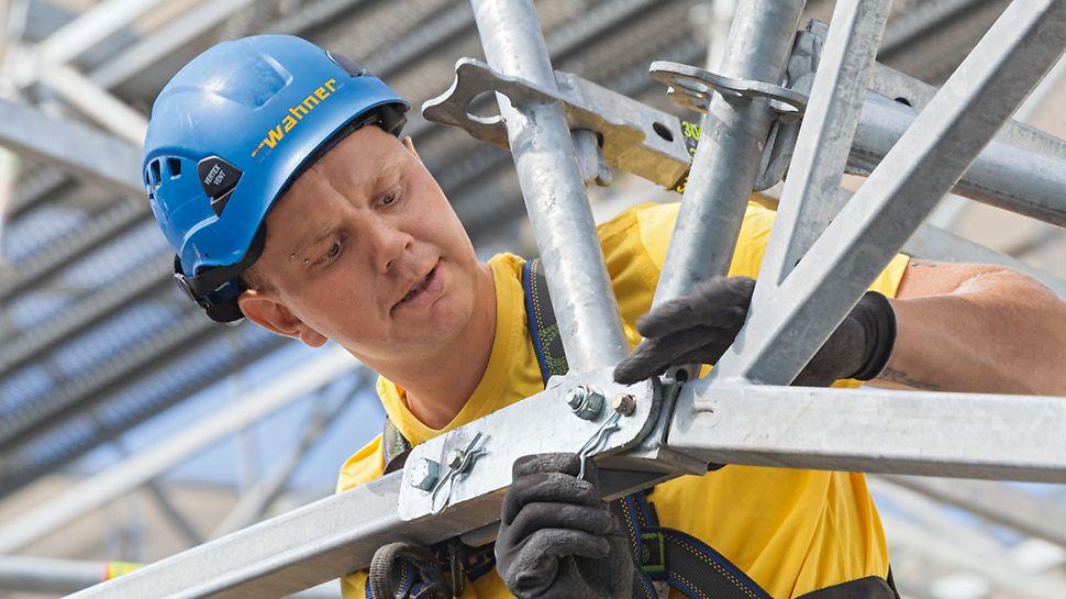 Zastřešení výrobní haly Gerolzhofen: Vrcholová vzpěra umožňuje snadné zafixování sklonu střechy při nazdvihnutí sestav vazníků LGS. Spojení je prováděno bez použití nářadí čepy a závlačkami.