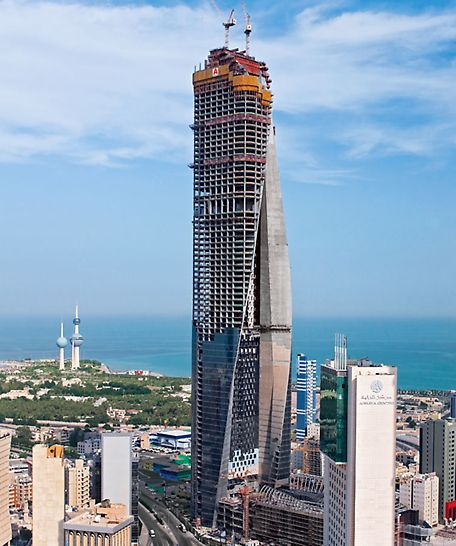 Al Hamra Tower, Kuwait City, Kuwait - The vertical core wall on the southern side exhibited numerous differently-positioned and diagonally set window openings which could be climbed over with the PERI ACS system without any problems.
