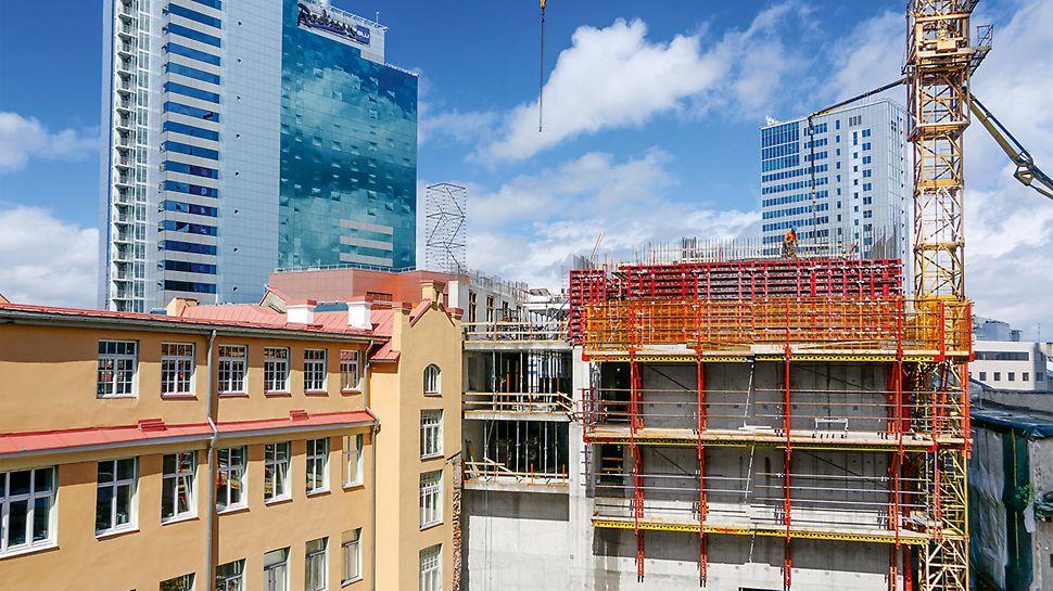 Kolm uut hoonet integreeriti olemasolevasse keskkonda, mis koosneb ajaloolistest majadest ja uutest kõrghoonetest. (Foto: PERI GmbH)
