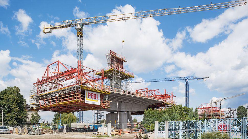 Přemostění železničního uzlu Krakov-Plaszóv: Díky detailnímu projektu techniků PERI a velké flexibilitě zařízení pro letmou betonáž PERI mohla být mostovka zavěšeného mostu dokončena včas.