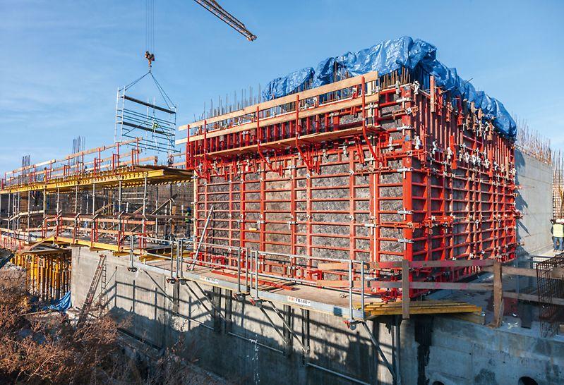 Żelbetowe ściany konstrukcyjne obiektu wykonano z zastosowaniem deskowania TRIO częściowo ustawionego na pomostach roboczych FB 180.