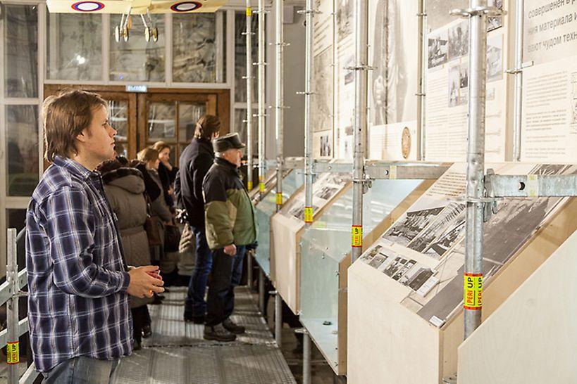 Двигаясь по настилу, посетитель, постепенно поднимаясь выше и знакомясь с различными периодами жизни Игоря Сикорского, оказывался на площадке, с который открывается панорамный вид на экспозицию.