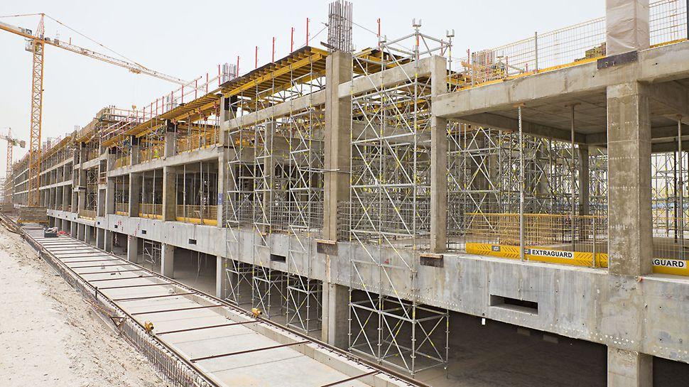 Barwa Commercial Avenue: Modulové lešení PERI UP Rosett se postaralo o přenos zatížení v místech s velkou světlou výškou.