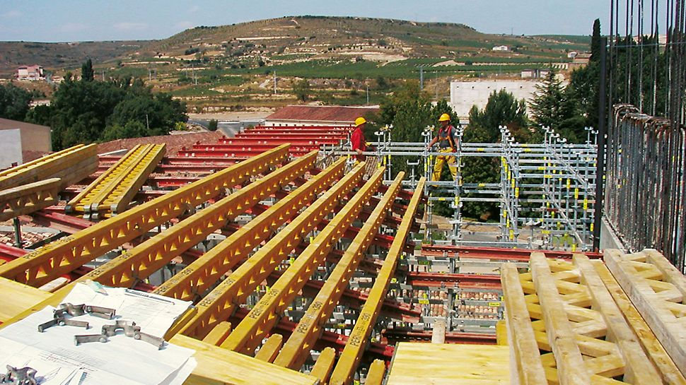 Hotel Marques de Riscal, Elciego, Spanien - SRZ Stahlriegel und GT 24 Gitterträger als Unterkonstruktion zum Schalen der massiven und verwinkelten Stahlbetondecke.