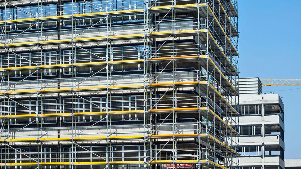 Ekonomiczne rozwiązania narożników rusztowania fasadowego PERI UP Easy zapewniają optymalny przebieg prac montażowych.