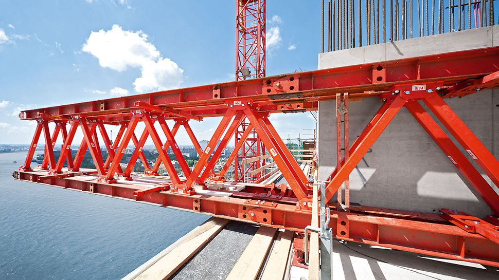Diese Fachwerklösung aus VARIOKIT Systemkomponenten sorgt für eine sichere Lastableitung bei der Herstellung auskragender Decken.