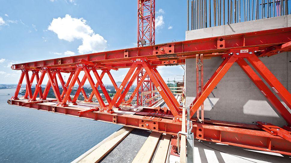 Tämä VARIOKIT-järjestelmäosilla toteutettu tukiratkaisu takaa turvalliset kuormien siirrot ulokkeita rakennettaessa.