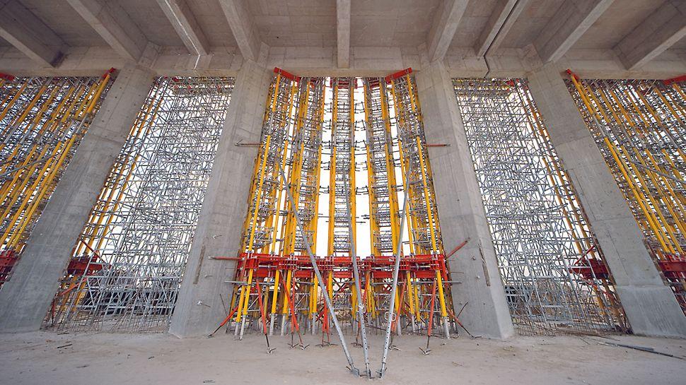 Elektrárna Belchatow: Modulový systém MULTIPROP a podpěrné věže ST 100, ideálně zkombinované. Pro roznesení zatížení sloužily pronajímané ocelové závory SRZ a SRU z programu stěnového bednění VARIO.