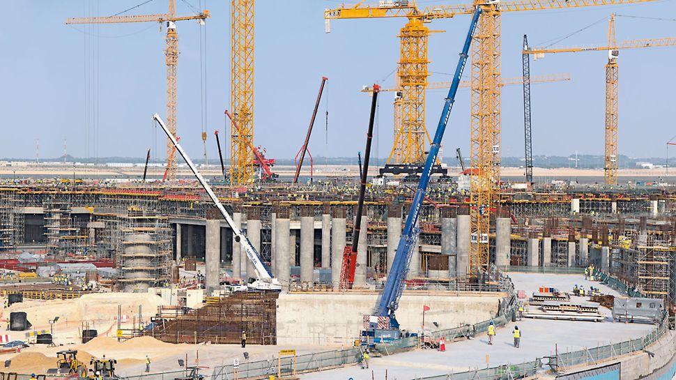 Midfield Terminal Building, Abu Dhabi - PERI je pridonio brzom napretku u gradnji primjenom više od 6.000 stropnih stolova te sveobuhvatnim rješenjima oplate i za zidove i za stupove. Već 2017. godine ovuda bi trebalo proći 30 milijuna avionskih putnika godišnje.