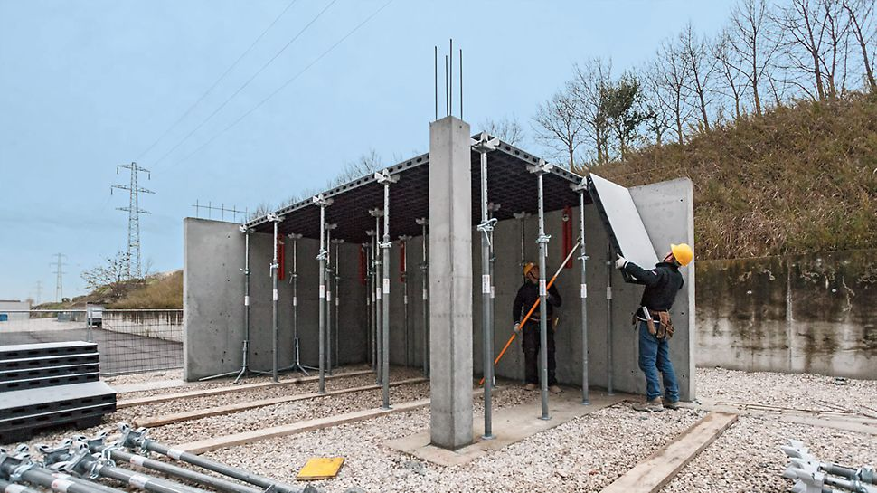 Lors du coffrage de la dalle, le travail est entièrement effectué par le bas depuis une position sûre ; les panneaux sont accrochés et basculent ensuite vers le haut.