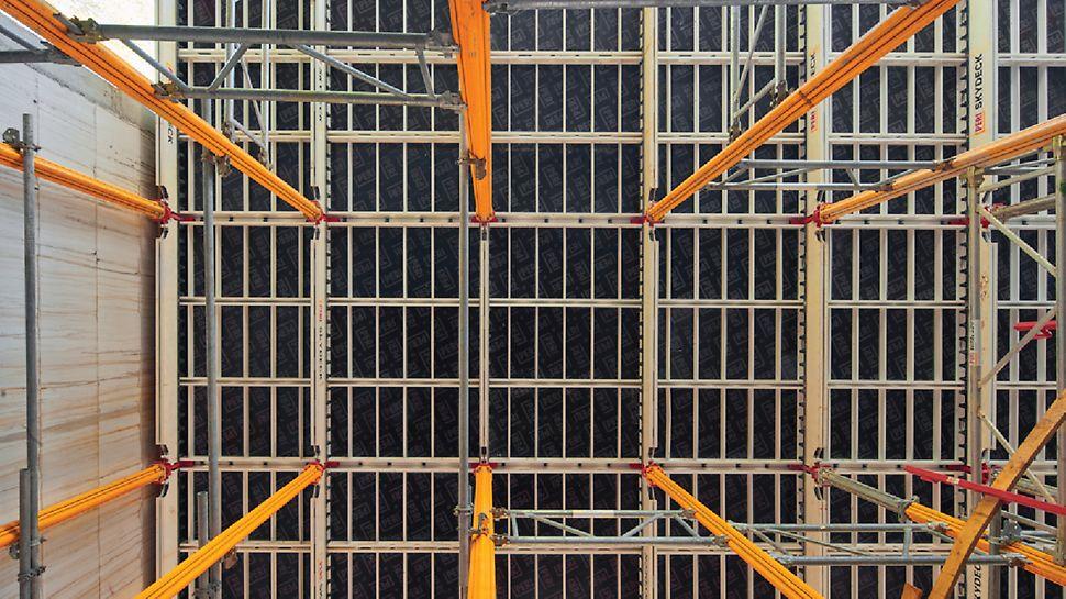 MULTIPROP schoren in combinatie met MRK kaders werden hier ingezet voor de ondersteuning van de SKYDECK vloerbekisting op grote hoogte.