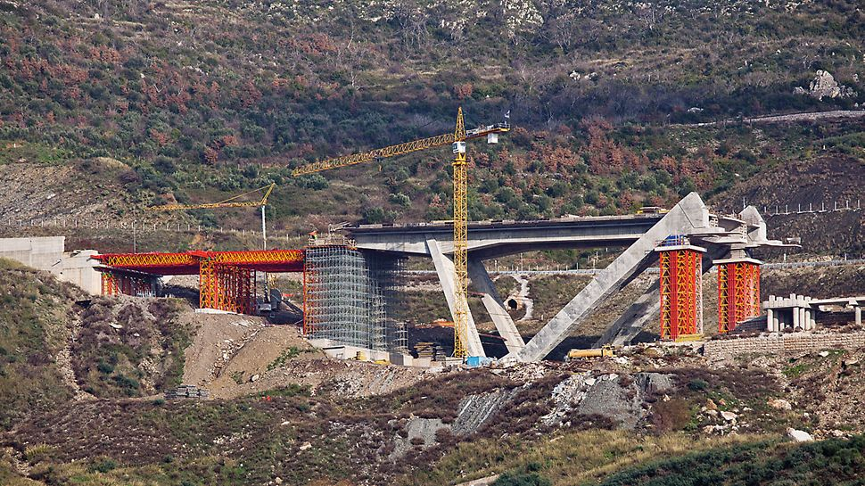 VARIOKIT Heavy Duty Shoring: Motorway Bridge T4, Paradisia-Tsakona, Greece: Customized VARIOKIT overall solution for the construction work with Heavy-Duty Shoring Towers VST and Heavy-Duty Truss Girders VRB.