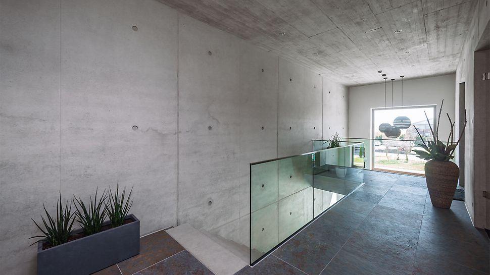 Die moderne Architektur zieht sich konsequent im Außen- und Innenbereich in beiden Geschossen durch und dient somit auch als Anschauungsobjekt für den Sichtbetonprofi Kopp.