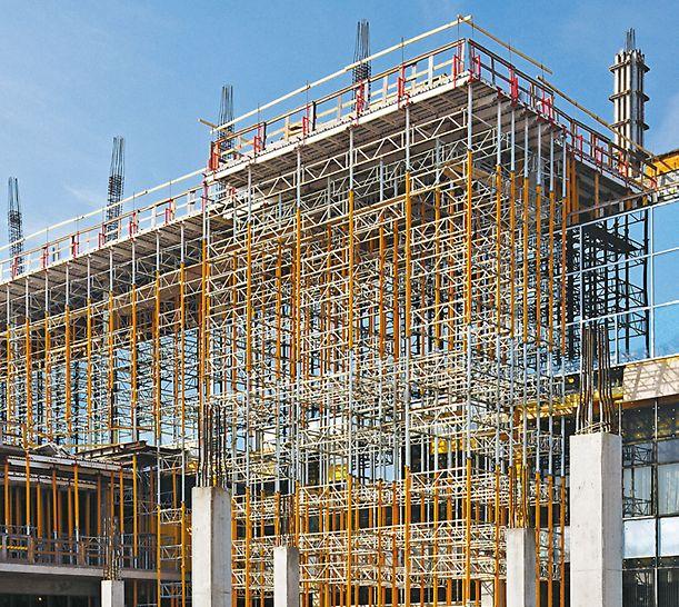 19.50 m high MULTIPROP towers as shoring with SKYDECK slab formwork for a cantilevered slab. MULTIPROP Forskalingstårn 19,50 m høye MULTIPROP tårn som understøttelse for SKYDECK dekkeforskaling på et utkraget dekke. PERI forskaling domino Trio Quatro søyle panel dekke vegg
