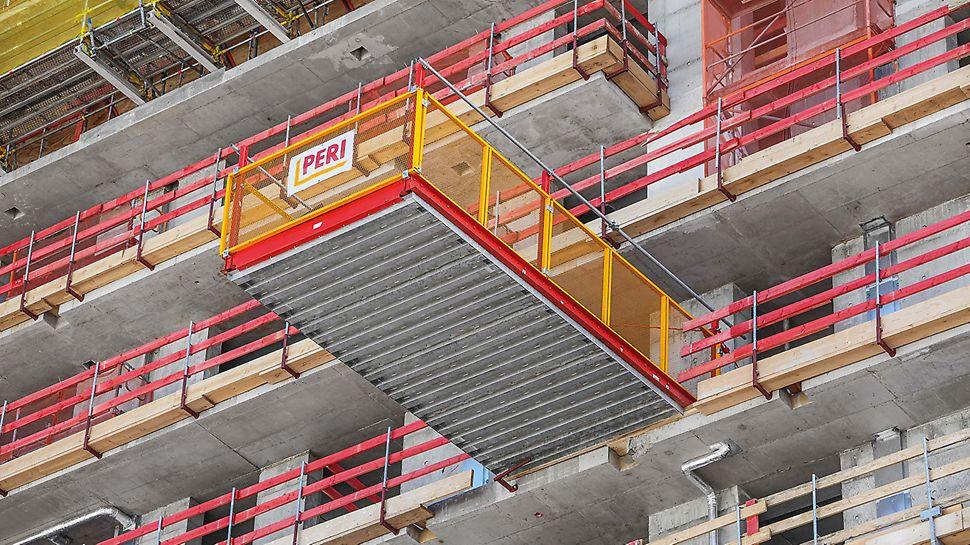Die Bühne RCS MP mit Stahlbelag zum Umsetzen von Material ist standardmäßig in zwei Größen verfügbar.